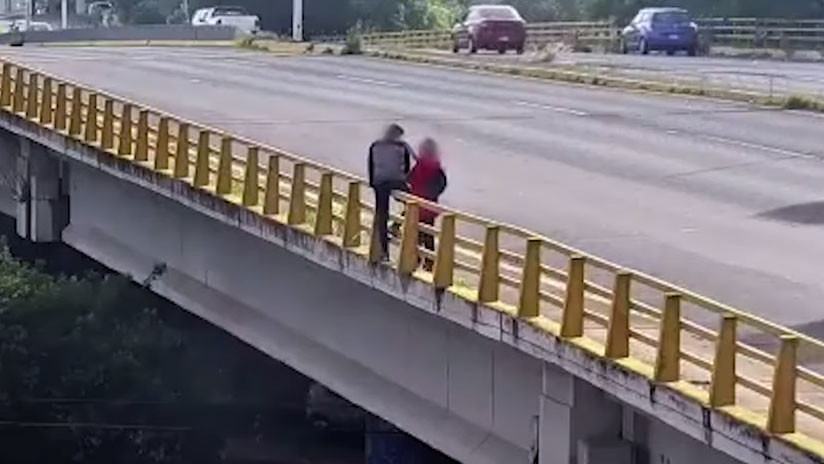 México: El momento en que una mujer evita que un hombre se suicide (VIDEO)