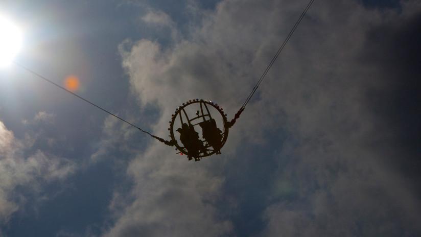 VIDEO: Se rompe el cable de un juego en un parque de atracciones y se salvan segundos antes de ser lanzados al aire