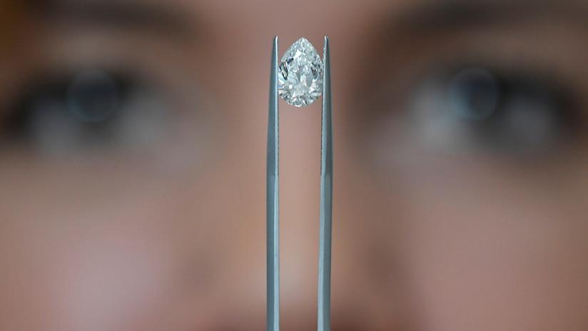 Halla un raro diamante de casi 4 quilates mientras veía un video para encontrar piedras preciosas