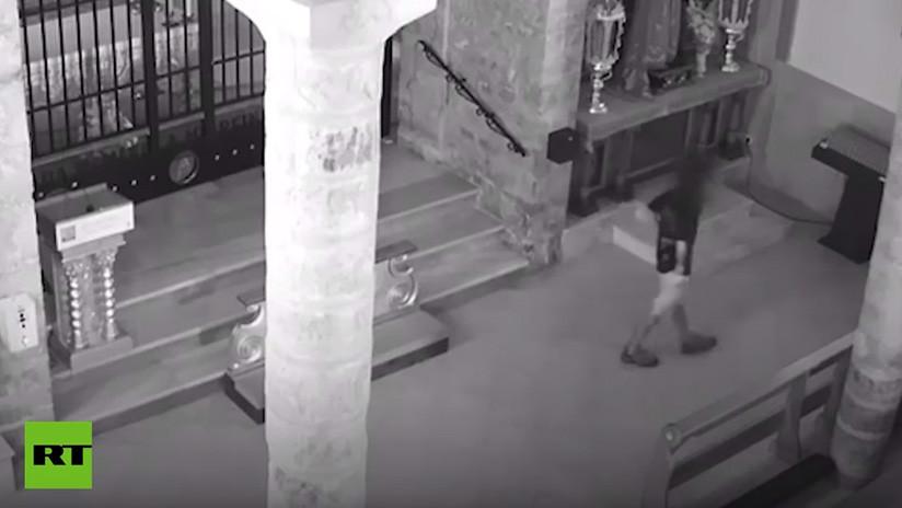 Investigan a un joven al que las cámaras captaron defecando en un santuario en España (VIDEO)