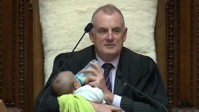 Presidente del parlamento neozelandés cuidó al bebé de otro legislador durante sesión