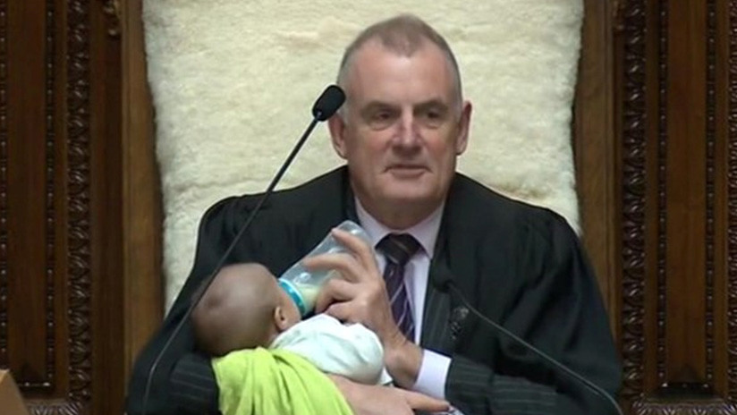 Presidente del Parlamento neozelandés cuida al bebé de un diputado en pleno debate (VIDEO, FOTOS)