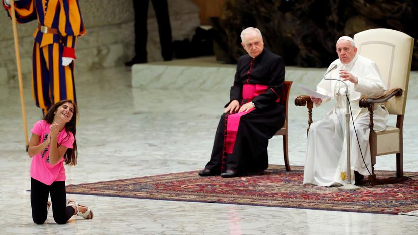"""""""Dios habla por los niños"""": La reacción de Francisco cuando una menor corre frente a él en el Vaticano (FOTOS, VIDEO)"""