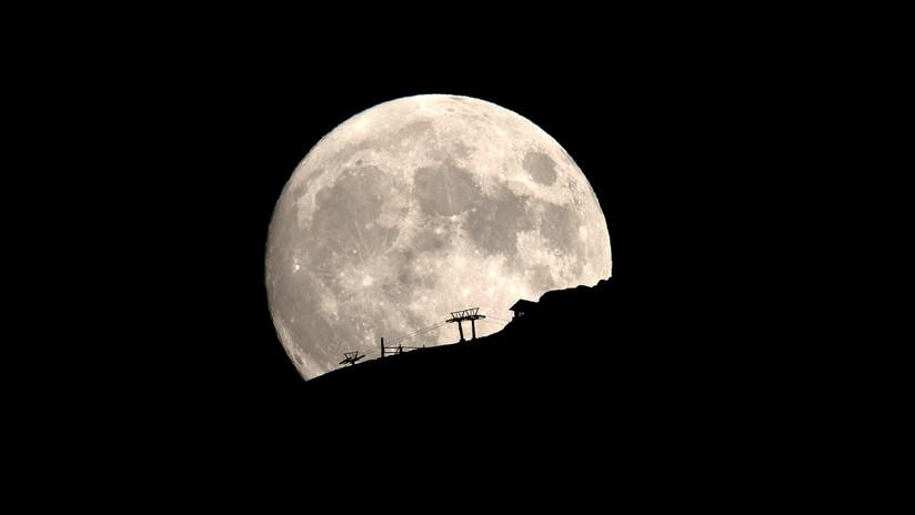 La misión espacial de la India publica su primera imagen de la superficie de la Luna (FOTO)