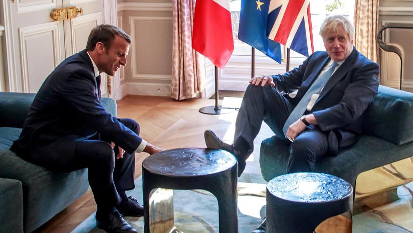 Boris Johnson se relaja y sube un pie sobre la mesa en una reunión formal con Macron