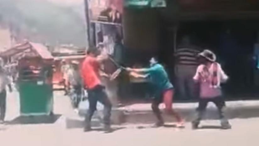 Dos hombres pelean a muerte por una mujer en plena calle — Colombia