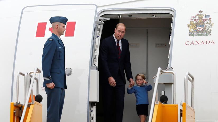 El príncipe Guillermo y su familia viajan en un vuelo económico y dan una lección a los duques de Sussex