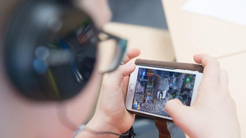 Un adolescente se electrocuta y muere tras jugar con su teléfono mientras se cargaba