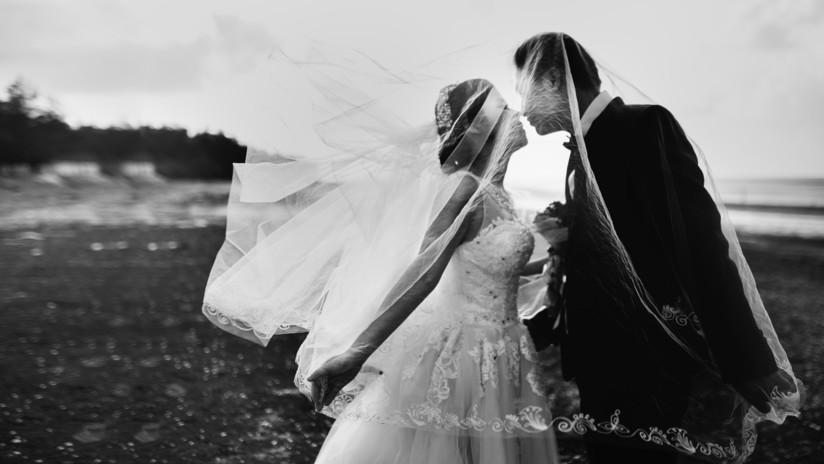 Una pareja muere en un accidente cinco minutos después de su boda