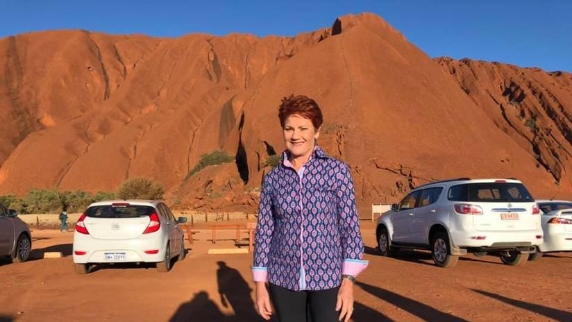VIDEO, FOTOS: Una senadora australiana desafía la prohibición de subir a la montaña sagrada Uluru, fracasa y cambia de opinión