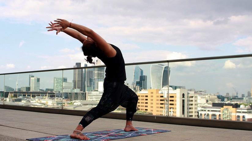 Una joven cae de un edificio mientras realiza yoga extremo en un balcón y se fractura más de 100 huesos