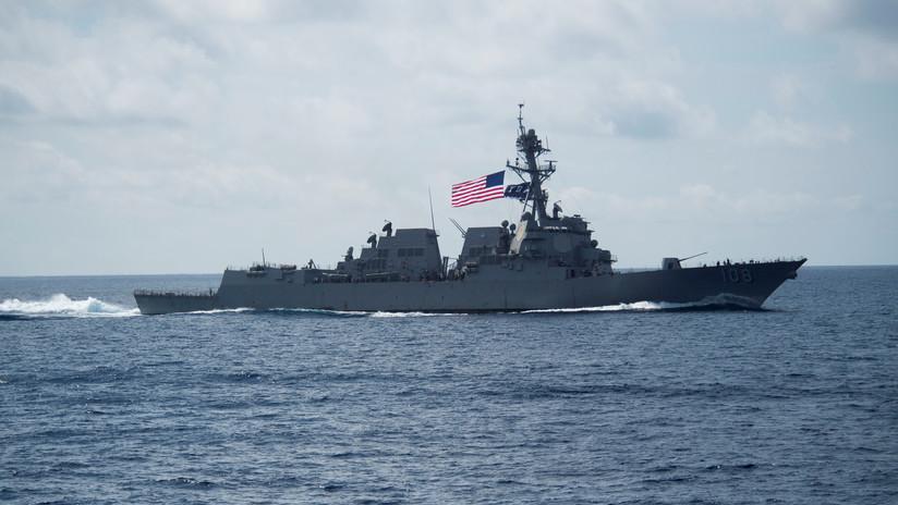 Un destructor de EE.UU. navega cerca de instalaciones militares de China en islas en disputa del sudeste asiático