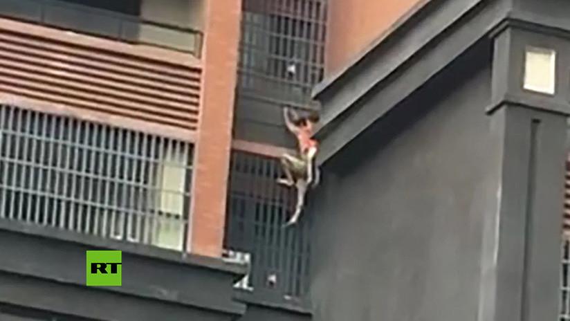 VIDEO: Un hombre escapa con su pequeño sobrino en la espalda de un incendio descendiendo por la pared de un edificio