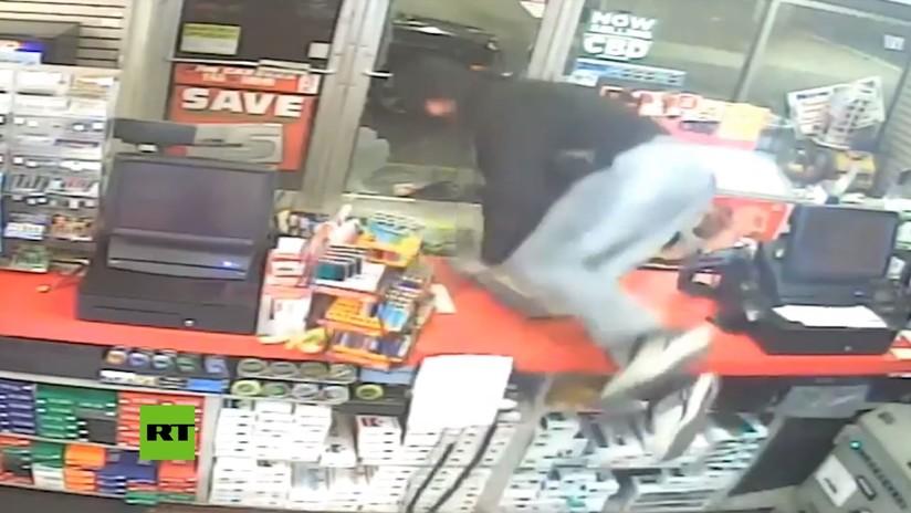 VIDEO: Un ladrón rompe una puerta para entrar en una tienda que estaba abierta