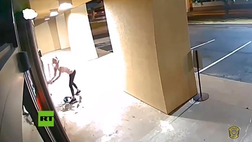 VIDEO: Una ladrona irrumpe en una clínica de bótox con ayuda de una motosierra