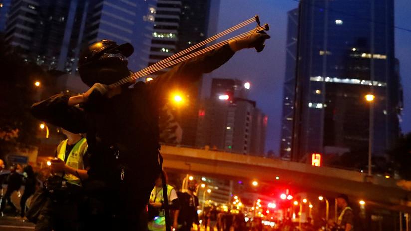VIDEO: La Policía de Hong Kong recurre a cañones de agua mientras los manifestantes lanzan cócteles molotov