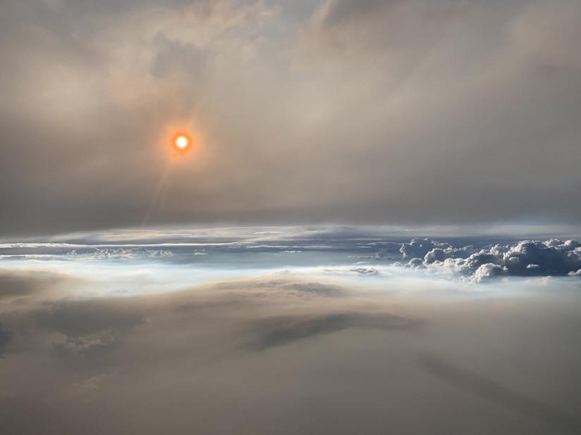 5d5bdd8be9180faa0d8b4569 fotografías: Científicos vuelan a través de una nube de fuego y captan el raro fenómeno