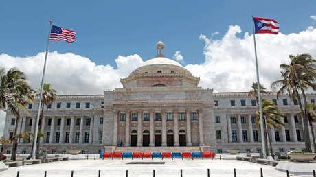 Las banderas de EE.UU. y Puerto Rico flamean frente al Capitolio, en San Juan, el 4 de mayo del 2017.
