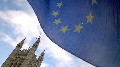 Una bandera de la Unión Europea ondea frente al Palacio de Westminster, en Londres (Reino Unido).