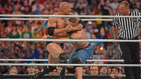 Dwayne 'La Roca' Johnson y John Cena, WrestleMania 28, en el estadio Sun Life (Miami Gardens, EE.UU.), 1 de abril de 2012.