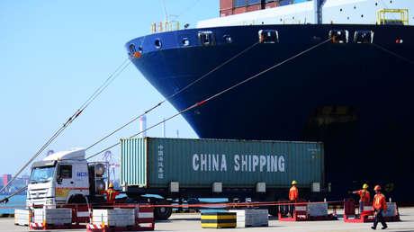 Un camión transporta un contenedor en un puerto de Shandong (China), el 24 de junio de 2019.
