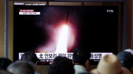 Varias personas en Seúl (Corea del Sur) ven en una pantalla imágenes de un lanzamiento de un misil norcoreano, el 2 de agosto de 2019.