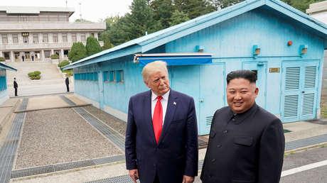El presidente de EE.UU., Donald Trump, y el líder norcoreano, Kim Jong-un, se reúnen en la zona desmilitarizada entre las dos Coreas, el 30 de junio de 2019.