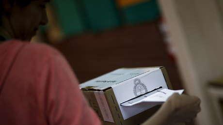 Una mujer emite su voto en un colegio electoral en Buenos Aires. 22 de noviembre de 2015.