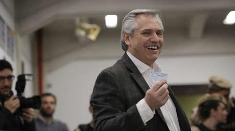 El candidato a presidente Alberto Fernández emite su voto en las PASO el 11 de agosto del 2019.