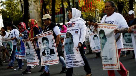 Familiares de los 43 estudiantes desaparecidos de Ayotzinapa participan en una marcha, el 26 de marzo de 2019.