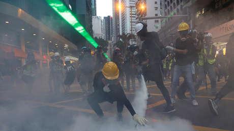 Manifestantes antigubernamentales durante un enfrentamiento con la Policía en el barrio de Wan Chai el 11 de agosto del 2019.