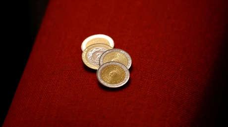 Monedas de uno y dos pesos argentinos
