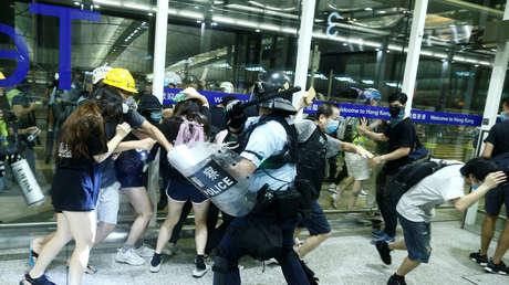 Choques entre los manifestantes y la Policía en el aeropuerto de Hong Kong, 13 de agosto de 2019.