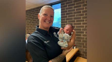 La oficial Melissa Carey con el pequeño Lucas Barreiro.