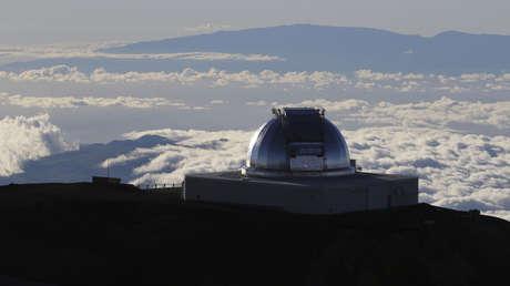 Un telescopio en la cumbre del Mauna Kea, la montaña más alta de Hawái.
