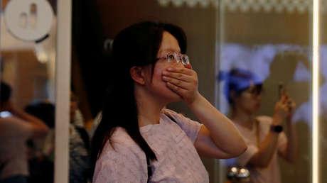 Una turista reacciona a una manifestación antigubernamental en el barrio de Tsim Sha Tsui, en Hong Kong, China, el 11 de agosto del 2019.