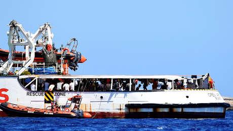 Los migrantes a bordo del barco de rescate Open Arms, cerca de la isla de Lampedusa (Italia), 16 de agosto de 2019.