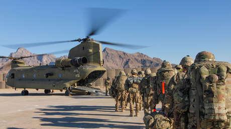 Soldados estadounidenses suben en un helicóptero para salir en una misión en Afganistán, 15 de enero de 2019.