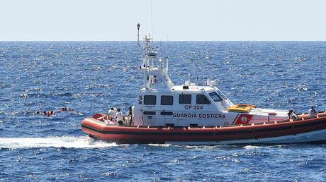 Un barco de la Guardia Costera italiana rescata a varios inmigrantes que saltaron desde el Open Arms. 20 de agosto de 2019