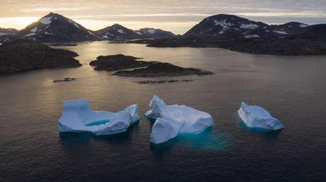 Glaciares flotan en el mar cerca de Kulusk, Groenlandia, el 16 de agosto del 2019.