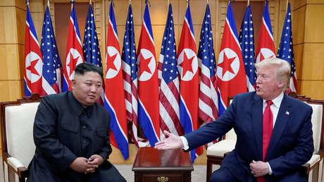 El presidente de EE.UU., Donald Trump, se reúne con el líder norcoreano Kim Jong-un en la zona desmilitarizada que separa a las dos Coreas, el 30 de junio de 2019.