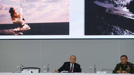 Vladímir Putin y el jefe del Estado Mayor de las Fuerzas Armadas rusas, Valeri Guerásimov, durante una reunión del Ministerio de Defensa, 2017.