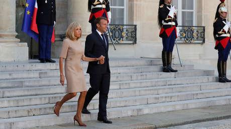 Emmanuel Macron junto a su esposa ante un encuentro con sus homólogos griegos. Palacio del Elíseo, París, 22 agosto 2019.