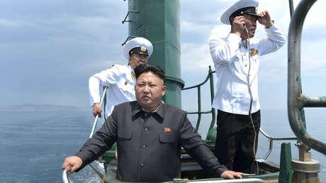 El líder norcoreano, Kim Jong-un, en un submarino norcoreano en una imagen divulgada en junio de 2014.