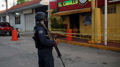 Un agente custodia el exterior un bar atacado, en Coatzacoalcos, Veracruz, México, el 28 de agosto de 2019.