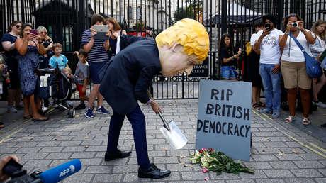 Un hombre disfrazado de Boris Johnson protesta ante Downing Street. Londres, 28 de agosto de 2019.