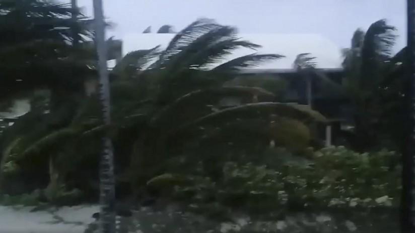PRIMERAS IMÁGENES: El huracán Dorian destruye casas, autos y árboles en su potente paso por las Bahamas