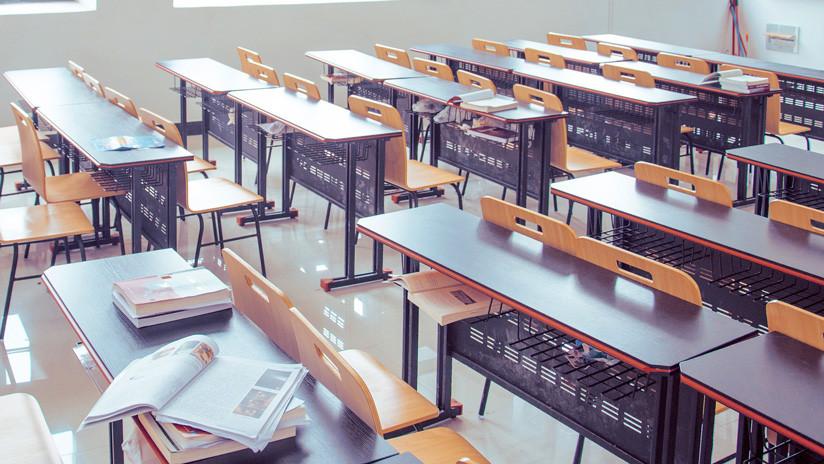 FOTO: Críticas a un maestro en México por colocarles cajas de cartón en la cabeza a los alumnos para que no se copien
