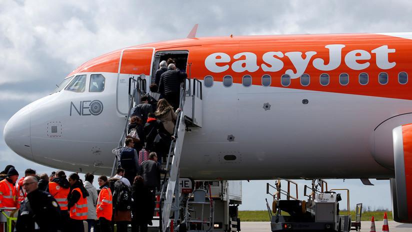 Una mujer ataca a la tripulación e intenta abrir la puerta de un avión provocando un aterrizaje de emergencia en el Reino Unido