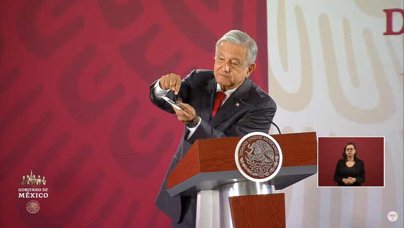 VIDEO: López Obrador muestra la cámara espía que fue hallada en Palacio Nacional